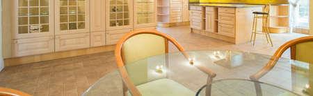 Grande salle à manger avec table ronde en verre, panorama