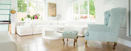 ventana abierta interior: Sillón de estilo vintage en la habitación de lujo Foto de archivo