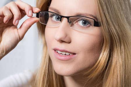 hyperopia: Giovane bella donna bionda in nuovi vetri
