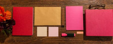 preparaba: Cuadernos rosa y rojo preparado en escritorio de madera Foto de archivo