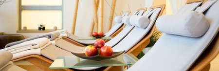 휴식 공간에 나무 멋진 loungers의 파노라마 스톡 콘텐츠 - 39761090
