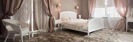 romantyczny: Romantyczny piękno wnętrza sypialni z miękkim dywanie, panorama Zdjęcie Seryjne