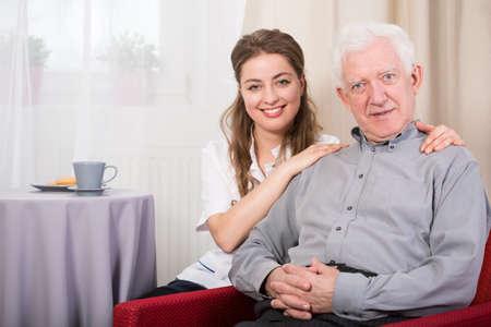 若い幸せな看護婦と古い素敵な男性病棟の肖像画