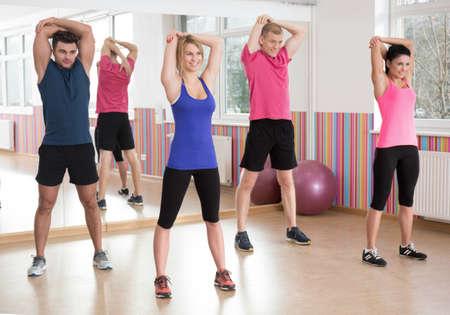 fitness hombres: Grupo de la aptitud ejercicio juntos en el gimnasio