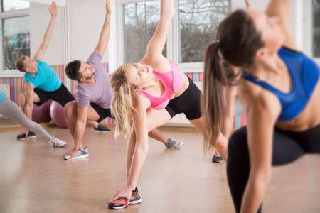 fitness training: Groep van de geschiktheid het uitrekken lichaam tijdens fitnesslessen Stockfoto