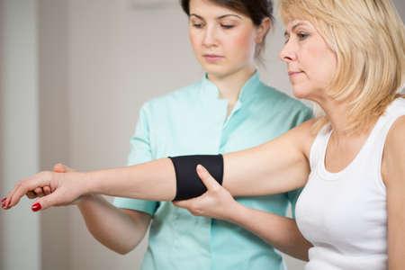 luxacion: Paciente femenino rubio despu�s de la lesi�n durante la rehabilitaci�n Foto de archivo