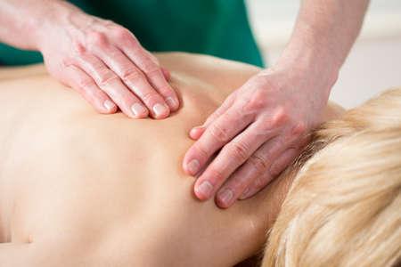 doku: stresli kadının yakın çekim masaj geri sahip