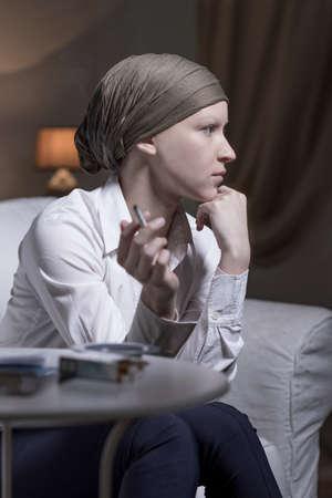 leucemia: Retrato de mujer elegante fumar un cigarrillo