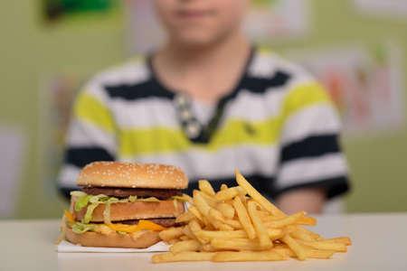 ハンバーガーとフライド ポテトの不健康なランチ 写真素材
