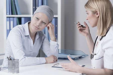 beaux seins: Jeune femme d'affaires avec le cancer dans le bureau du m�decin