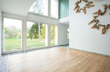 ventanas abiertas: Elegante sala de estar vac�a con vistas al jard�n Foto de archivo