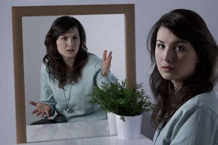 personalidad: Belleza de la mujer joven con trastorno límite de la personalidad