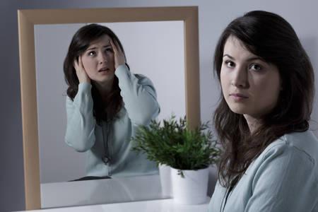 persona malata: Immagine di donna sola affetta da schizofrenia