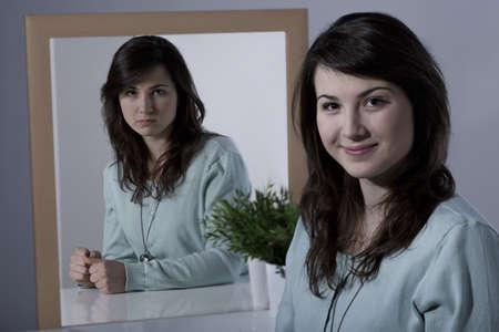 disorder: Se�ora con trastorno bipolar sentado en el escritorio Foto de archivo
