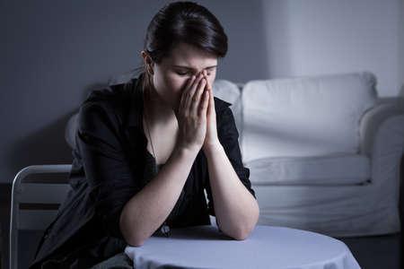 mujer llorando: Desesperaci�n divorci� mujer sentada en la mesa y llorando