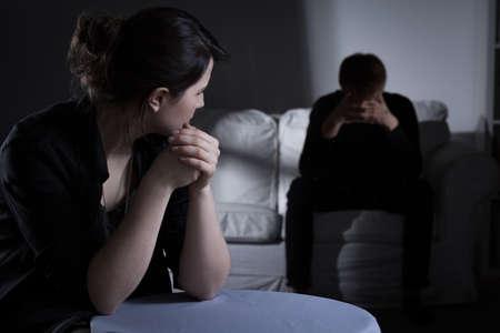 Obraz młodej kobiety ze schizofrenią opuszczonej