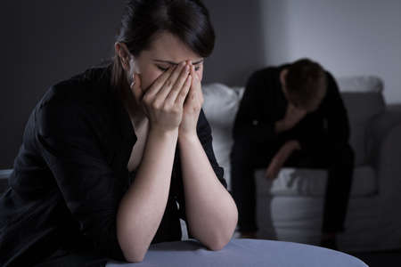 Foto de mulher chorando prostrado eo homem