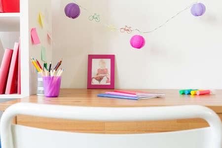 Primo piano di accessori per la scuola sul tavolo per bambini