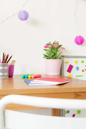 Kleur school accessoires op het bureau in de kamer van het kind Stockfoto