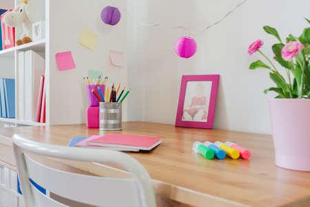 Cancelleria sulla scrivania nella stanza del bambino