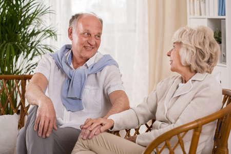 Gente mayor que se sientan en las sillas de mimbre Foto de archivo - 39950934