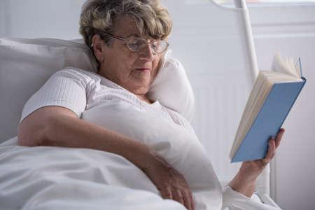 mujer en la cama: Libro de lectura de la mujer mayor enferma en la cama