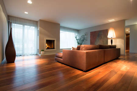 colores calidos: Spacious family room with wooden floor
