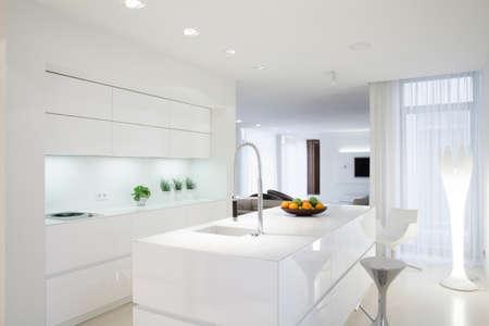 Weiß saubere Küche mit Insel in der Mitte Standard-Bild - 39951109