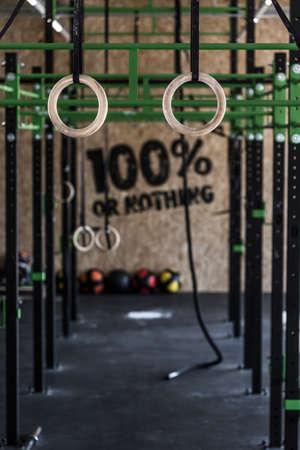 équipement: Photo d'une zone crossfit avec des cercles de gymnastique sur gymnase Banque d'images