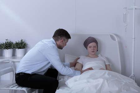 leucemia: Chica desesperaci�n con la leucemia y el pap� de apoyo