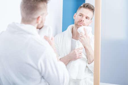hombre con barba: Hombre adulto hermoso que desgasta bata blanca Foto de archivo