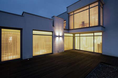 밤에 나무 현관 큰 현대 집