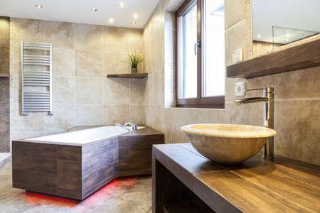 유행 아파트에서 욕실의 놀라운 인테리어 스톡 콘텐츠