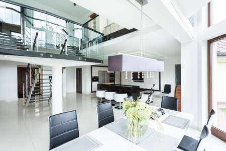 Moderne eetkamer in een luxe woning