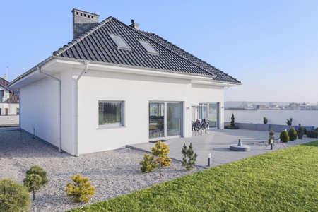 큰 녹색 정원이있는 거대한 흰색 현대 집 스톡 콘텐츠