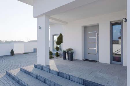 casa blanca: Entrada moderna a la gran casa blanca Foto de archivo