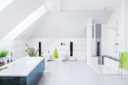 leuchtend: Exklusive helles Badezimmer mit weißen Marmorboden und geneigte Wand