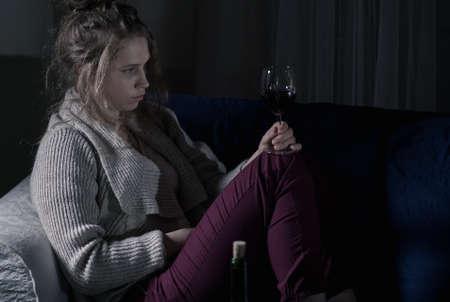 Abandonné femme de désespoir boire du vin rouge seuls