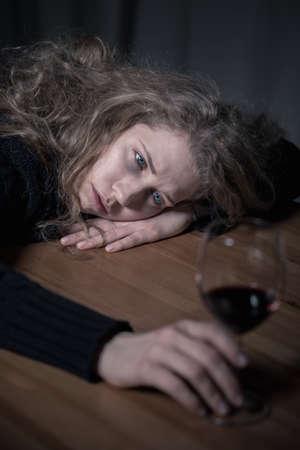 alcoholismo: Imagen presentar problema del alcoholismo entre los adultos jóvenes