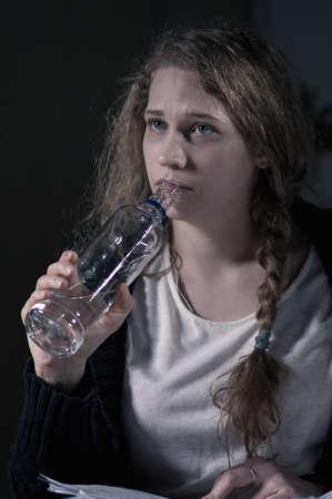 sobredosis: Retrato de la hembra vodka beber alcohol por sí solo