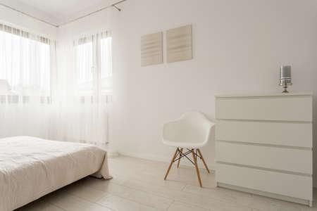 leuchtend: Einfache exklusiven weißen Schlafzimmer mit Holzparkett