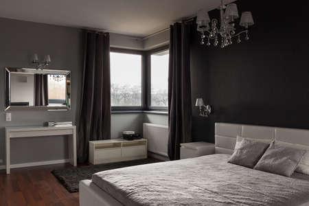 검은 색과 회색 벽과 어두운 비싼 침실