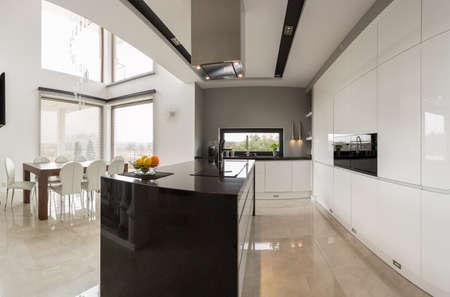 넓은 식당과 연결 큰 현대적인 주방