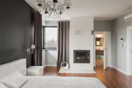 chambre � coucher: Old fashioned chambre �l�gante avec chemin�e Banque d'images