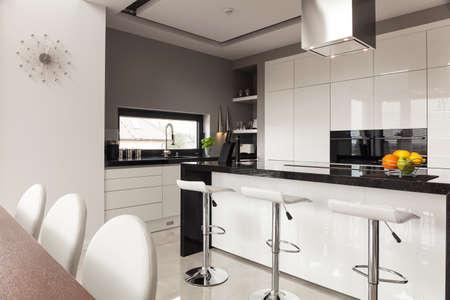 Eigentijdse inrichting van de nieuwe keuken in dure huis
