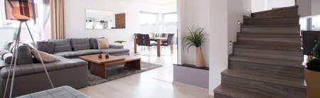 Panoramische foto van houten trap in de moderne woonkamer