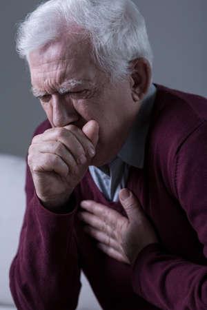 vecchiaia: Il vecchio ha tosse opressive Archivio Fotografico