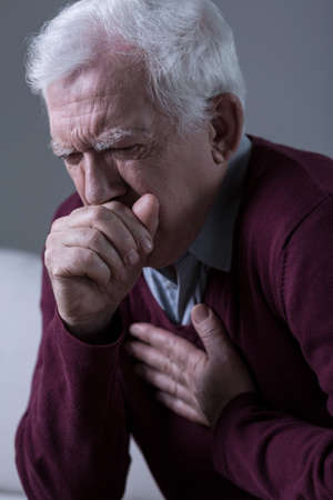 Oude man heeft opressive hoest