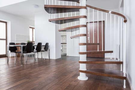 현대 집에 나무 계단 및 바닥