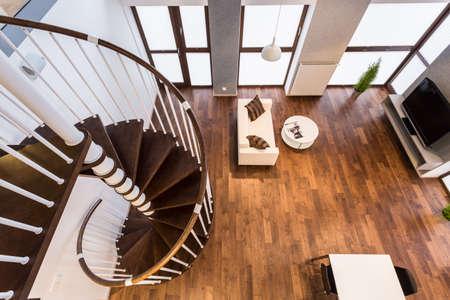 escalera: Curva de escaleras de madera en amplia sala de estar Foto de archivo